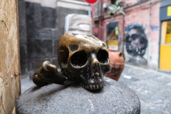 Totenkopf auf der Straße in Neapel