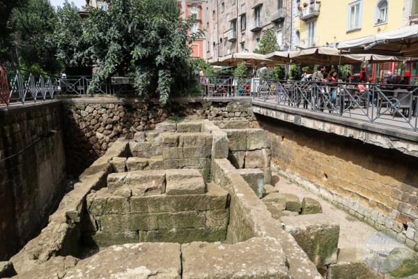 Am Tag kann man die Ausgrabung bewundern, am Abend hier feiern - die Piazza Bellini