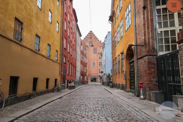 schöne Straße mit bunten Häusern in Kopenhagen