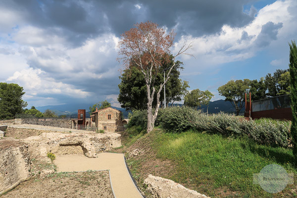 Dunkle Wolken über der Festung der Medici in Arezzo