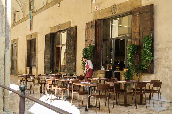 Essen unter den Arkaden in Arezzo