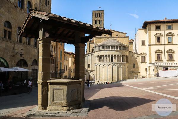 Im Hintergrund steht die Kirche Santa Maria della Pieve, Arezzo, Toskana