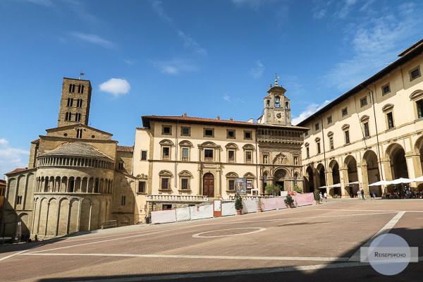 Arezzo Sehenswürdigkeiten: Die Piazza Grande mit Kirche, den Palazzo und die Arkaden
