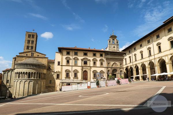 Die Piazza Grande mit Blick auf die Kirche, den Palazzo und die Arkaden