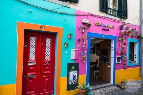 Bunte Häuser und Türen in der Rua de Santa Maria in Funchal
