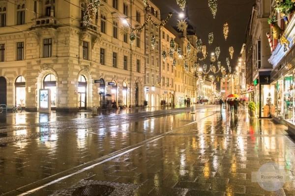 Hängende Christbäume in der Grazer Herrengasse - eine alte Tradition