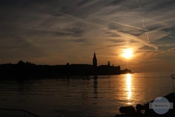 Sonnenuntergang am Meer in Porec, Kroatien