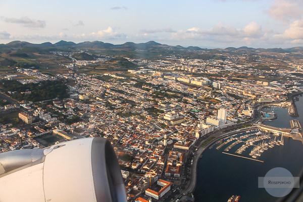 Ponta Delgada von oben / Ausblick aus dem Flugzeug