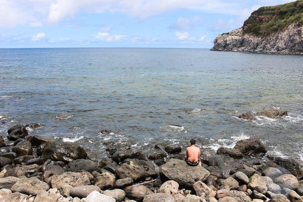 Sitzen am Meer auf Sao Miguel