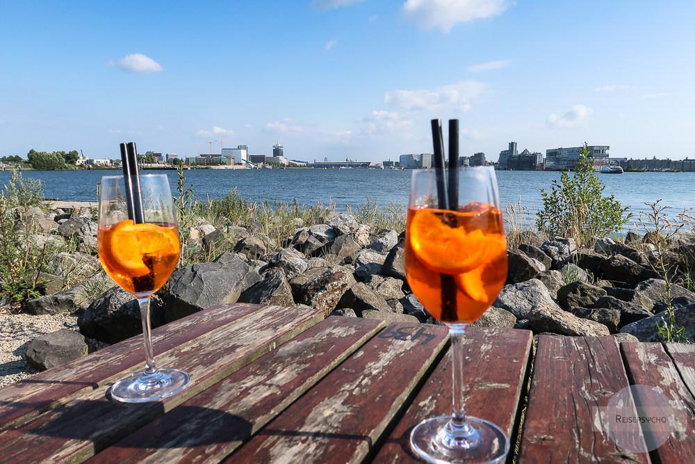 In einer Bar in Amsterdam Noord am Wasser