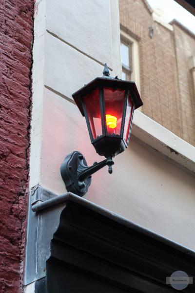 Rote Laterne im Rotlichtviertel Amsterdam