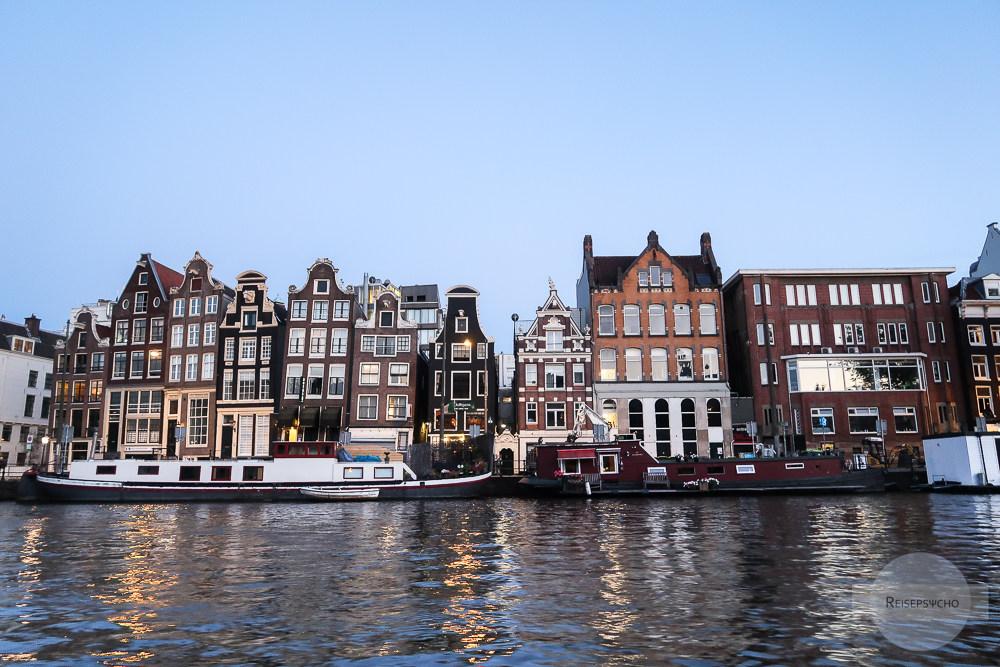 Amsterdams Häuser im Sonnenuntergang vom Wasser aus