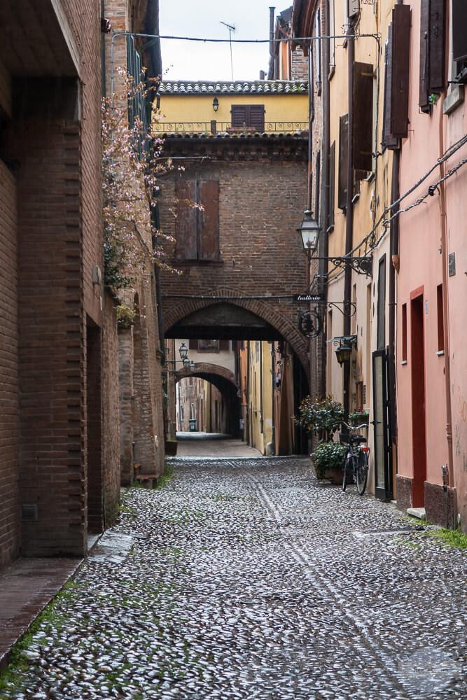 Die Via delle Volte in Ferrara nach dem Regen