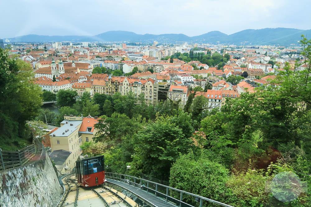Mit der Schloßbergbahn auf den Schloßberg hinauf fahren
