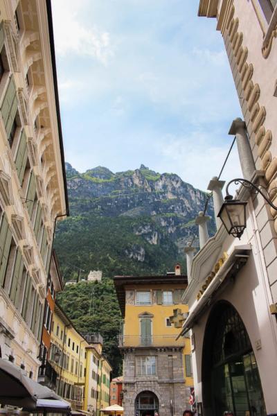Gasse mit alten Häusern in Riva del Garda