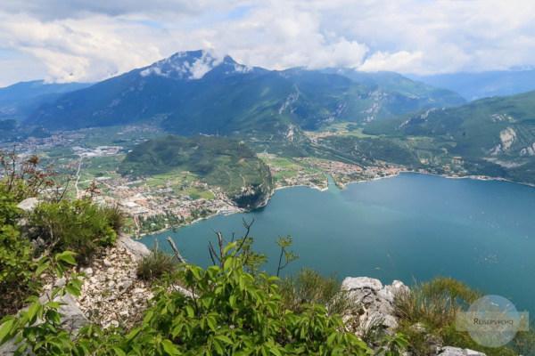 Ein Blick auf Riva und Torbole mit dem Monte Brione dazwischen