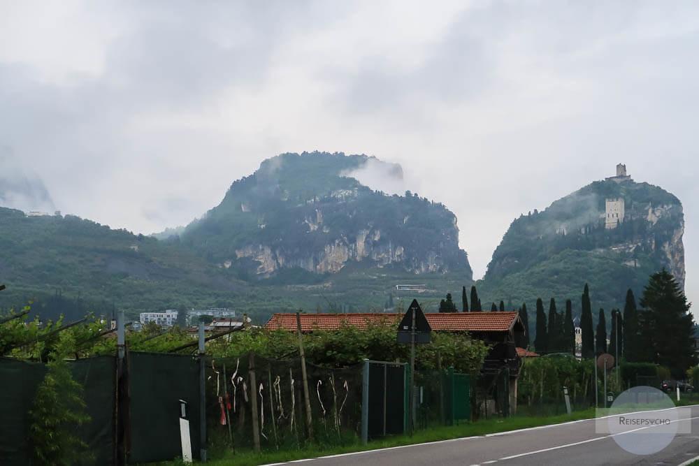 Die Burg von Arco und der Monte Baone