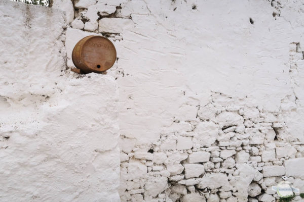 Weinfass und weiße Wand