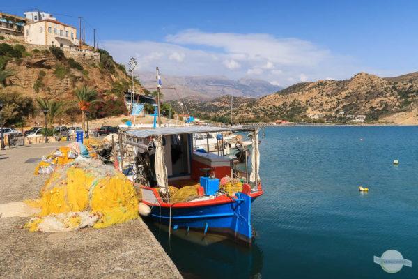 buntes Fischerboot in Agia Galini auf Kreta