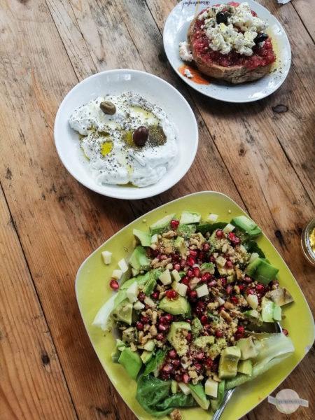 Kreta Tipps Essen: Tzaziki, Brot mit Tomaten und Avocadosalat