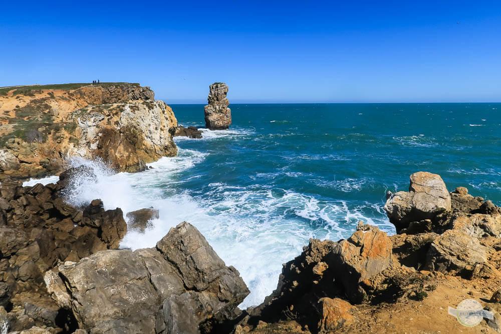 Klippen in Peniche und tosendes Meer