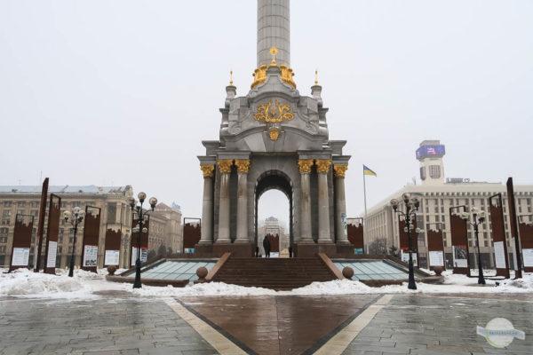 Gedenktafeln rund um die Säule am Majdan