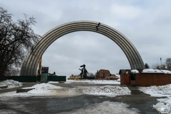 Bogen der Völkerfreundschaft mit Riss in Kiew