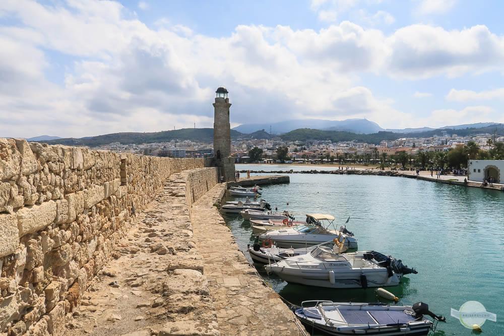 Venezianischer Hafen in Rethymno mit Leuchtturm und Fischerbooten