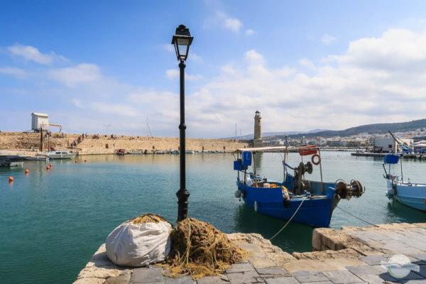 Laterne mit Fischerboot und Fischernetz im Hafen von Rethymno Kreta