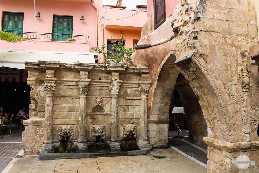 Rimondi-Brunnen mit vier Säulen und Löwenköpfen in Rethymno