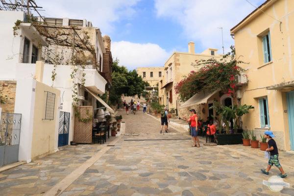Gasse zur Festung von Rethymno mit vielen Café´s