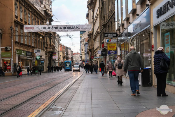 Die Ilica Fußgängerzone in Zagreb mit Fußgängern und Straßenbahn
