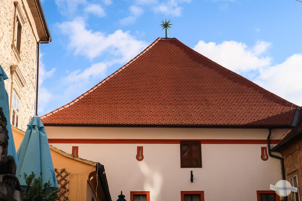 """Ein Hexenfänger auf der Dachkante des """"Steinernen Tors"""""""