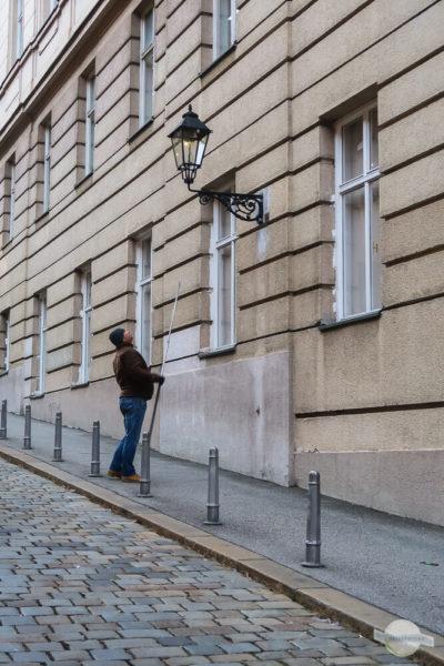 Mann beim Anzünden der Gaslaternen in Zagreb