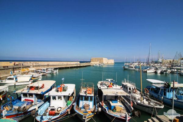 Venezianischer Hafen in Heraklion auf Kreta mit bunten Fischerbooten