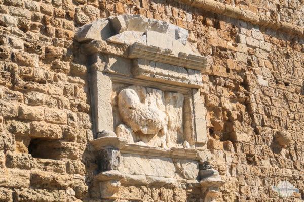 Das Wappen des venezianischen Löwen aus Stein an der Festungsmauer in Heraklion