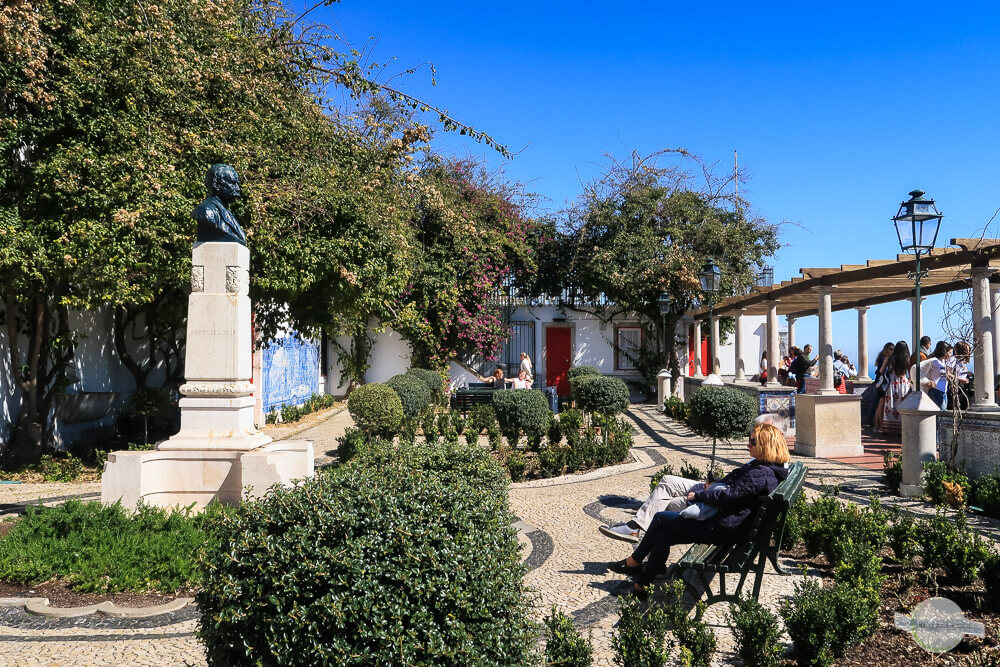 Miraduoro Santa Luzia in der Alfama in Lissabon