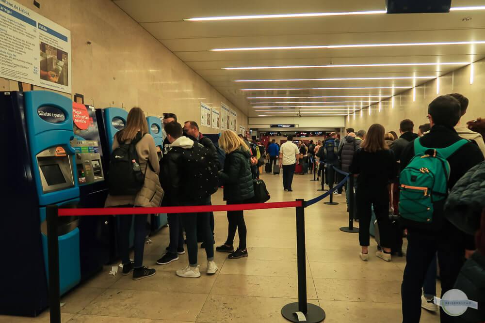 Metro Tickets am Flughafen kaufen Warteschlange