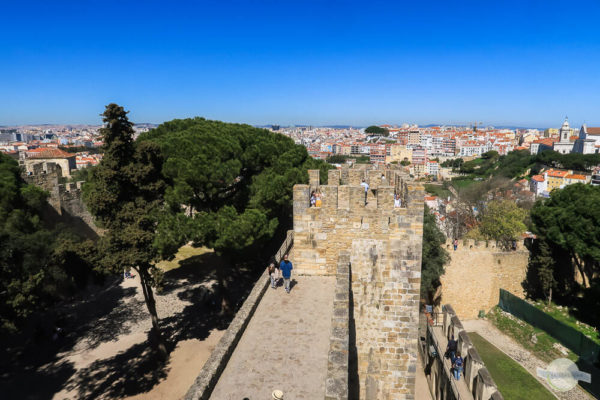 Turm im Castelo Lissabon mit Aussicht auf die Stadt
