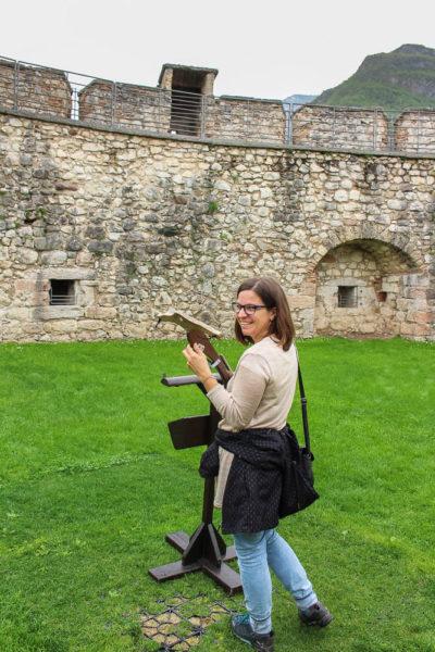 Bogenschützin auf einer Burg