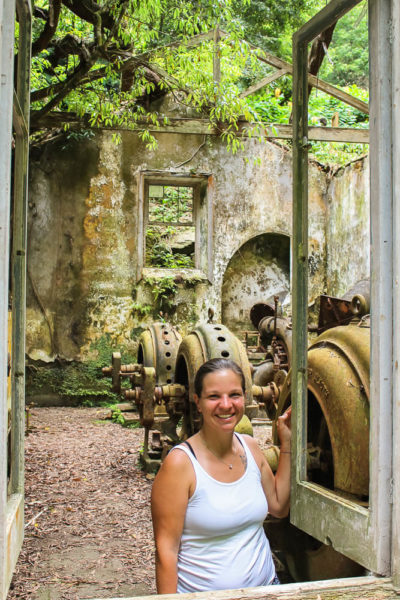 Frau in Lost Place in Portugal