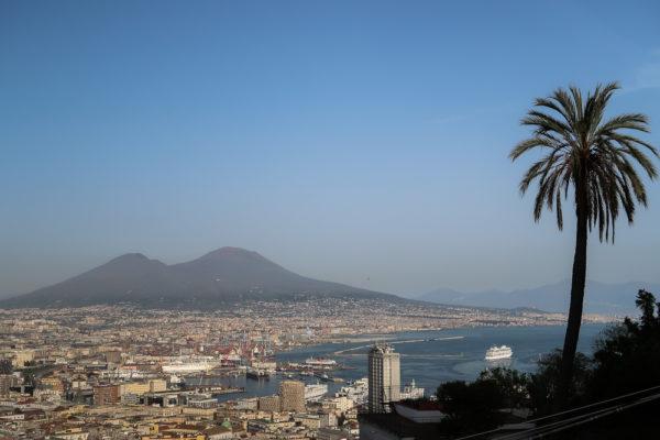 Neapel von oben mit Vesuv