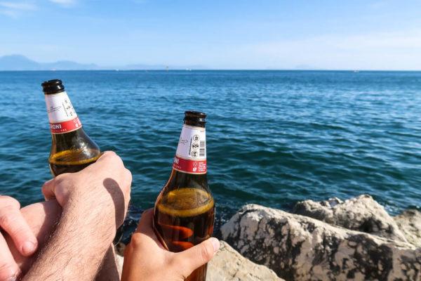 Bier trinken am Meer