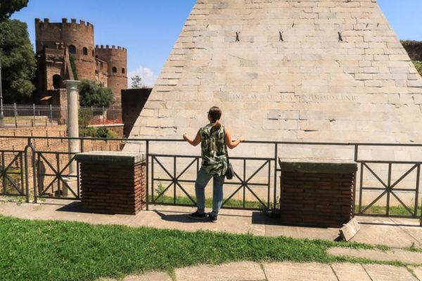 Vor der Rom Pyramide