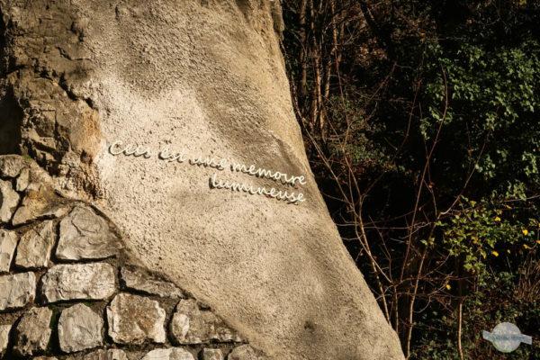 Schriftzug in Mauer am Schloßberg am Weg