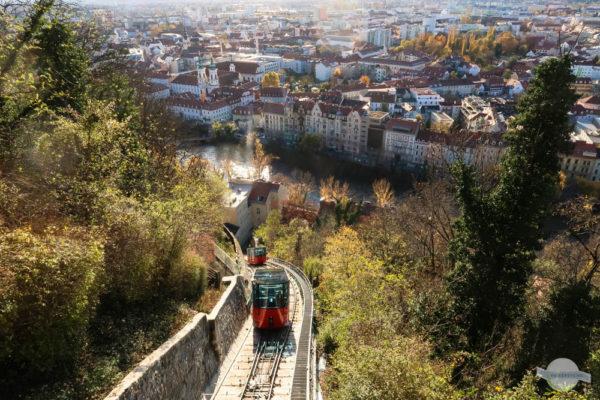 Schlossbergbahn Graz: rote Bahn kommt den Berg hoch