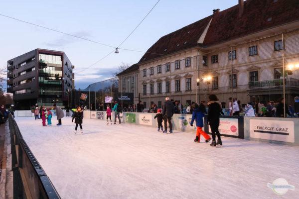 Eislaufen am Karmeliterplatz in Graz