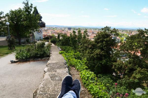 Sitzen auf einer Mauer am Schlossberg in Graz
