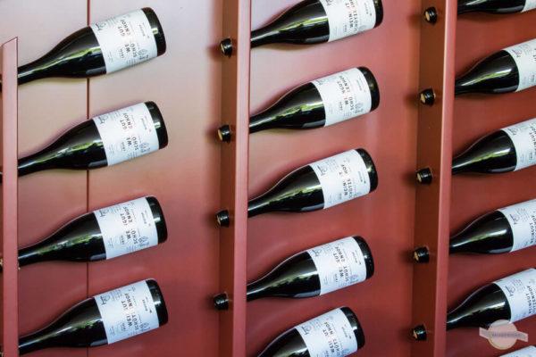 Weinflaschen als Deko im Regal