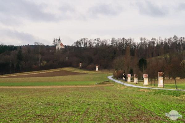Kalvarienberg mit Kreuzweg Stationen und Kirche